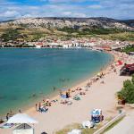 Pag - pláž ve městě, ostrov Pag, Chorvatsko